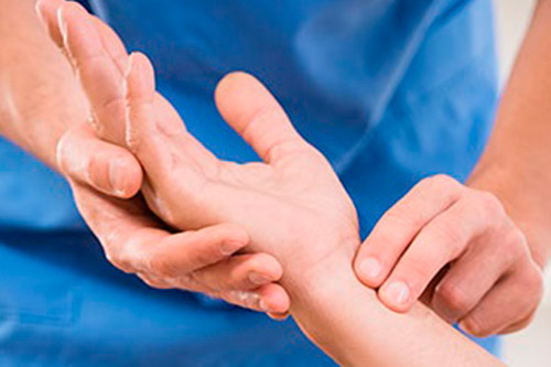 Точка на руке, на которую необходимо надавливать, чтобы снять приступ